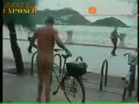 Desnudo y en bici por San Sebastian